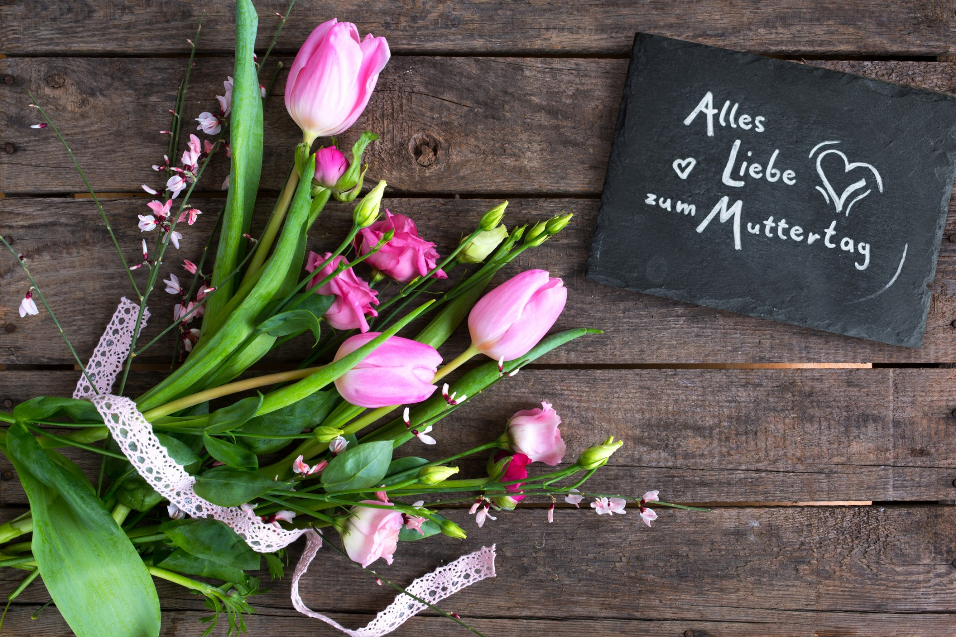 Loving mothers day greetings with a bunch of spring flowers and text on a slate plate with rustic wooden background (Loving mothers day greetings with a bunch of spring flowers and text on a slate plate with rustic wooden background, ASCII, 116 compon